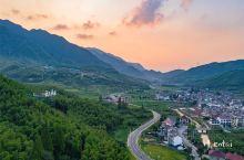 在湖州安吉有个高家堂村,距离杭州自驾约1.5h,这里自然风光优越,绿树成荫,生活状态十分安逸。居然有
