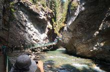 强斯顿峡谷徒步。