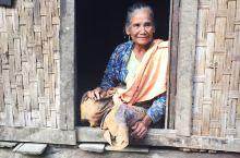 缅甸,马德岛,我们坐了大概2个多小时的渔船,登上了这个原始部落的小岛。这里有着极其原始的人群,依旧住