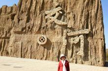 新疆的胡杨美 有句古典――三千年胡杨。既:立木活千年,死了千年不倒,倒了千年不朽。新疆的胡杨林比额济