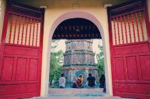 天姥寺是越南最为有名的寺院之一,这里传说是阮朝的龙脉所,在寺院门口还有一座七层宝塔,也是绍治年间所建