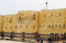 位于埃及亚历山大城边的法罗斯岛上,古代世界七大建筑奇迹之一。城堡是一所典型的阿拉伯建筑,总体呈四方形