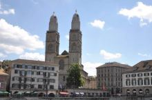 座落在河边,市区。教堂里面装修得很豪华,苏黎世有很多大大小小的教堂,这个在游客当中最出名,应该是地理