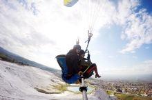 在棉花堡的那天是个大晴天 于是玩个滑翔伞 很酷很刺激~