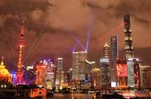 """今年国庆期间,以""""浦江追梦,光耀中华""""为主题的光影灯光秀吸引了不少市民游客前来游览观赏。当夜幕降临,"""