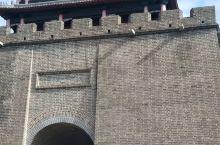 虎山长城位于丹东市城东十五公里的鸭绿江畔,是国家级鸭绿江风景名胜区的一个重要景区,它隔江与朝鲜的于赤