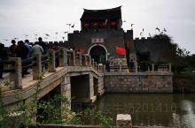 窑湾古镇位于江苏省徐州市新沂市西南边缘,京杭大运河及骆马湖交汇处。 窑湾古镇历史上溯于春秋,自公元6