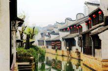 这个月河老街在嘉兴的老城区,地方不是很大。特色小吃就是粽子了,真真老老才是嘉兴粽子的鼻祖,的确也很好