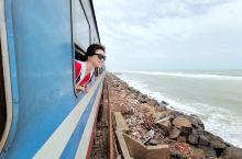 宫崎骏《千与千寻》中海上小火车的原型,绝对是来到斯里兰卡的必打卡点!  在斯里兰卡,沿着印度洋边上的