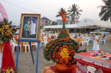 在老挝的万荣,偶遇当地人的婚礼酒席现场。--我们达到万荣的那天下午,出来溜达,就刚好看到人家在布置酒
