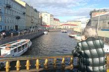 与莫斯科相比,圣彼得堡风格迥异。如果说莫斯科是一个盛装的公爵,那么圣彼得堡就是一个多情的穿着民族服装