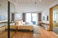 今晚入住新加坡辉盛国际旗下的深圳凯贝丽君临海域服务公寓,虽名为公寓,实则堪比五星级酒店,一线江景,世