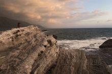 雄伟壮观的礁石岩,在日出太阳的照射下显得更加壮观