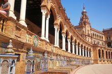 塞维利亚的西班牙广场,是个半月型的广场,是西班牙建筑中新文艺复兴建筑风格的典型代表,摩尔复兴建筑的缩