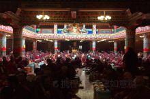 在路上~色达五明佛学院,地藏法会的喇嘛经堂内外都是虔诚的佛子,觉姆经堂的黄顶被蒙蒙细雨冲刷得干干净净