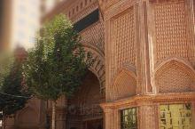 骑士大观园 离喀什老城只有几公里车程。一名维吾尔富商花了大把银子召集了二百名维吾尔匠人用两年多时间建
