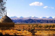 伊吾县地处新疆东北角 从哈密过去需要开车翻越东天山 路程大概250公里需要5个小时 这里游客很少