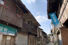 路过台州临海百步村 ,因为工作关系经过此村。在村里逛了一圈整个百步村不大但保留不少老房子。木质结构所