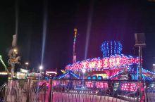 洛杉矶嘉年华是每年都要举行的活动,有各种吃吃喝喝,有缆车、摩天轮、烟火、演唱会等等娱乐设施和活动。还