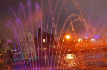 以大雁塔为中心,北边是音乐喷泉,南边是大唐不夜城,白天看着也就那样,要晚上去才能真正的感受夜晚的灯火