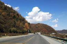 """穿越秦岭的G244国道,被誉为""""最美国道线""""。沿途山峦叠幛,色彩斑斓,风景如画!停车坐爱枫林晚,霜叶"""