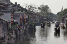 西塘,上一回去还是2005年,记得当年很喜欢烟雨长廊,那个湖中的戏台应该凑着节日划着船看一出戏才过瘾