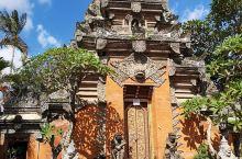 乌布皇宫,免费景点。可参观区域不大,基本半小时可以看完,建筑很有印尼特色,值得一看。 进入乌布皇宫不