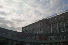 易水砚大酒店交通便利,停车场很大,是一个吃住游,大型会议,结婚婚庆等综合性宾馆。紧邻易县博物馆和易水