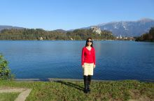 """世界闻名的布莱德湖是斯洛文尼亚最著名的湖泊,位于阿尔卑斯山南麓,""""三头山""""顶部积雪的融水不断注入湖中"""