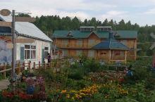 这里是临江屯,有一座童话般的木屋,木屋的屋顶涂成粉绿色,外墙上有独角兽图案的涂鸦,夏天的时候,院子里