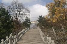 公冶长书院位于安丘市庵上镇西北10公里的城顶山前坡,相传为春秋时孔子弟子公冶长读书处,书院西侧有两树