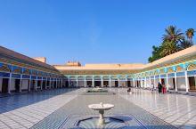 巴伊亚王宫,马拉喀什不可错过的景点之一。 巴伊亚王宫建于十九世纪末。关于这座宫殿,有两种不同的说法: