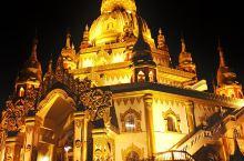 勐焕大金塔  ,位于德宏州芒市市中心,是芒市标志性建筑,金塔银塔遥遥相对,夜晚灯光璀璨,使人流连忘返