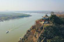 """西梁山俯临长江,和芜湖的东梁山夹江对峙,像一座天设的门户,故合称""""天门山""""。李白在此留下千古名篇《望"""