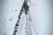 外面下起了鹅毛大雪,游人们玩的非常开心,雪场旁边还有亚布力温泉,可以让大家畅快的滑雪的同时还能享受温