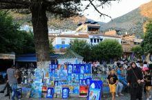 摩洛哥旅行,漫步舍夫沙万,被蓝色耀眼,被艺术熏陶。这小镇太会推销自己,处处是蓝色招牌。这是一个镶嵌于