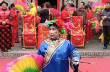 这段小视频录自于三门峡市陕州地坑院中的婚庆院。这里正在表演过去在地坑院居住的人们在婚礼上载歌载舞的热