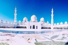 谢赫扎耶德清真寺,世界上最奢华的清真寺,没有之一哦。  当你看到这个清真寺的时候,除了震撼就是惊叹,