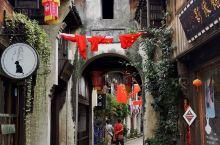 南关厢历史文化街区,位于海宁市硖石镇区东南部,北起大瑶桥,南至塘桥、会源庵,东临洛塘河,西靠人民路。