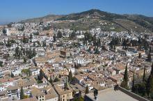格拉纳达,西班牙南部城市。在树木葱茏的山顶,150米高的阿尔汉布拉宫高高地耸立在城市上空,与对面中世