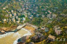 早年因为交通闭塞影响发展,村民陆续搬离,后头湾村成了嵊山岛的无人村,逐渐荒废,之后村子被绿色爬墙植物