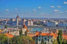 """布达佩斯有""""东欧巴黎""""和""""多瑙河明珠""""的美誉。布达佩斯最重要的名胜都位于多瑙河畔。在西岸布达一边岩石"""