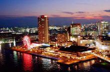 神户港灯塔坐落在美利坚公园,因为抵达当天是半阴的天气,所以神户港的海也显得格外的宁静惬意,海边有很多