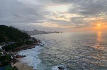 巴西里约热内卢的希尔顿酒店坐落海边,清晨,在酒店的凉台看日出,真美!