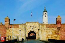 卡莱梅格丹城堡位于贝尔格莱德的城市中心,城堡下面是宽阔奔流的多瑙河,不远处是萨瓦河与多瑙河的交汇处,