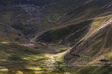 羊卓雍措,在藏人心中被看的是(神女散落的绿松石耳坠) 羊卓雍措是被传说赋予了灵性的地方,它的美冠绝藏