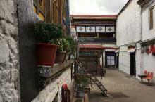 布达拉宫(藏文:པོ་ཏ་ལ)位于中国西藏自治区的首府拉萨市区西北玛布日山上,全国重点文物保护单位、