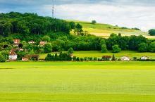 一路风光,一路春色,远方的田野,有远方的诗模样。铺满一地的黄绿色,从脚边无限延伸,没有裸露黄泥的田野