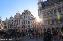 比利时布鲁塞尔拥有全欧洲最精美的建筑和博物馆、摩天大楼跟中世纪古建筑相得益彰。当我走入布鲁塞尔大广场