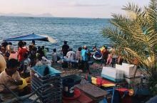 马来西亚沙巴岛上的渔村是一个非常大的鱼类交易市场,这里所住的渔民每天都会将新鲜捕捞的鱼在渔村的鱼市上